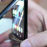 Ютьюбер разбивает новый Motorola RAZR на части. Его практически невозможно отремонтировать самостоятельно (видео)